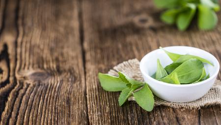 Sommige verse Stevia bladeren (selectieve aandacht) op een vintage zoekt achtergrond