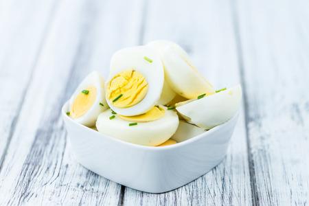 Houten tafel met gehalveerde Eieren (selectieve aandacht, close-up shot)