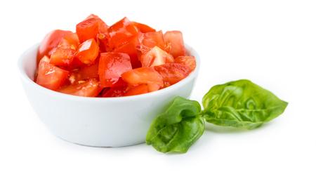 Los tomates recién hecho (en cubitos) aisladas sobre fondo blanco (cerca de disparo)