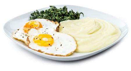 Vers gemaakt Mash met gebakken eieren en spinazie op een witte achtergrond (close-up shot)