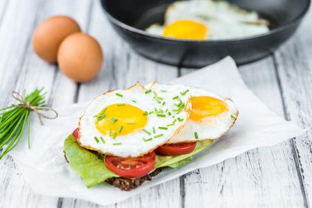 huevos estrellados: Algunos huevos fritos en un Sandwich (cerca de disparo, enfoque selectivo)
