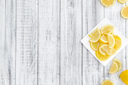 Tranches de citron sur un fond millésime comme détaillé gros plan (sélective focus)
