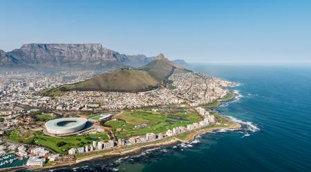 Kaapstad, Zuid-Afrika (luchtfoto vanuit een helikopter) met het stadion in de focus