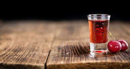 vaso de precipitado: Algunos licor de cereza casero como primer plano detallado, enfoque selectivo