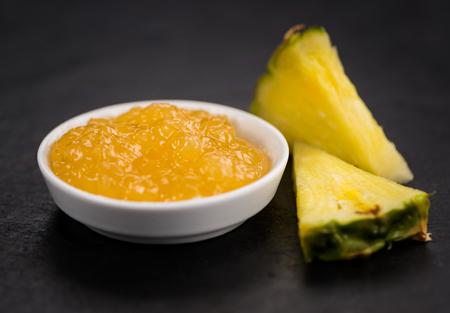 Teil der Ananas-Marmelade als detaillierte Nahaufnahme erschossen auf einer Schieferplatte; selektiver Fokus Standard-Bild - 84884803