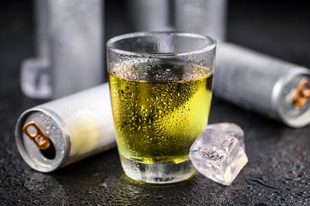Portion de gros plan de boissons énergisantes fraîches; mise au point sélective Banque d'images - 88487513