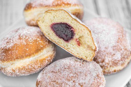 Porción de Berliner Donuts como primer plano detallado; enfoque selectivo