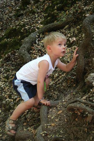 clamber: Piccolo clamber del ragazzo sulla montagna, valle della farfalla, isola di Rhodes, Grecia Archivio Fotografico