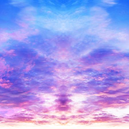 Abstracte weerspiegeling als achtergrond van hemel en wolken in schemeringtijd Stockfoto