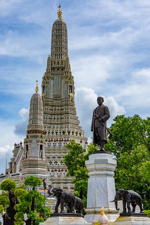 August 27,2017 Bangkok, Thailand The monument of King Rama II and main pagoda in Wat Arun Ratchawararam Ratchawaramahawihan (Temple of Dawn) Stock Photo