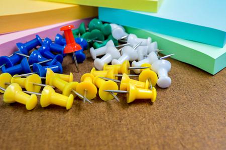 image de fond bouchent groupe de broche de papier coloré et note de poste sur planche de bois. Banque d'images