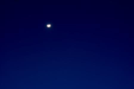 天文時、雲のない、半月の空の背景 の写真素材・画像素材 Image 88713753.