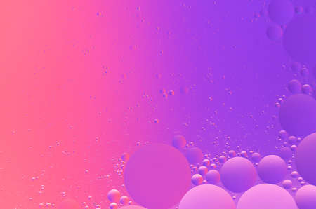 Abstract colorful macro background of oil on water purple and magenta color gradient Фото со стока - 151298802