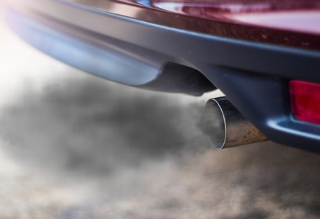combustion fumes coming out of car exhaust pipe Stockfoto