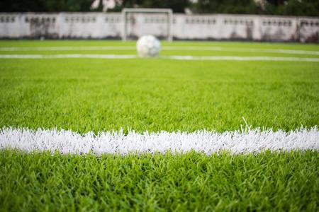 La línea blanca que marca en el footbal artificial de la hierba verde, campo de fútbol Foto de archivo - 70887600