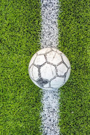 pasto sintetico: antigua de fútbol en campo de fútbol de césped artificial blanco de la red verde
