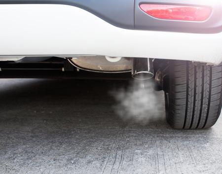 Pijp uitlaat auto rookontwikkeling Stockfoto