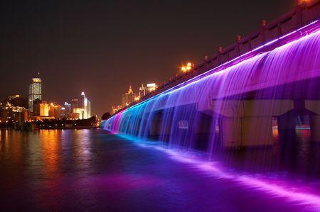 splendide: splendide pont avec la cascade de couleurs, de la Chine