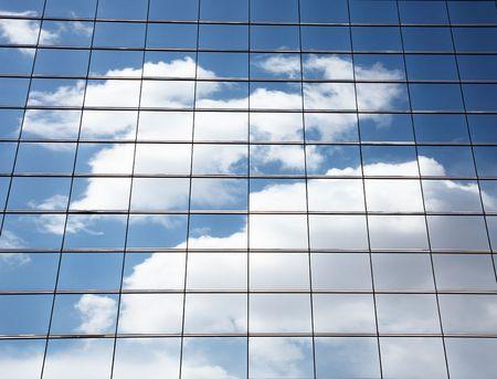 edificio cristal: cielo de nubes y la reflexi�n sobre la construcci�n de vidrio.