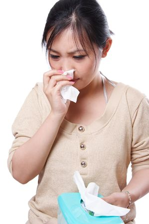 estornudo: Enfermo de Asia mujer soplar la nariz con pa�uelos de papel, aisladas en blanco