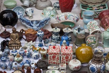revoltijo: Porcelana antigua venta en mercado de pulgas.  Foto de archivo