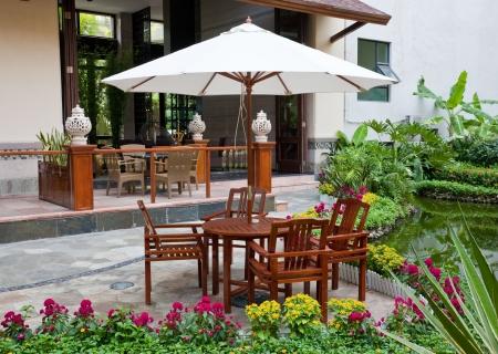 patio furniture: patio in giardino  Archivio Fotografico