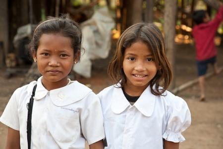 arme kinder: Kom Pong Pluke, Siem Reap, Kambodscha - 3. Februar 2011: Das Porträt von zwei lokalen lächelnden Mädchens Schüler tragen Schuluniformen.