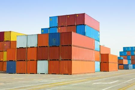 船積み港で貨物コンテナー