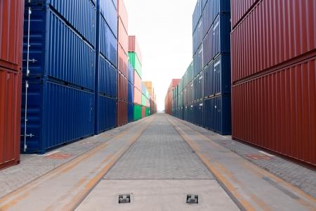 送料: 船積み港でコンテナー ブロックをスタックします。 写真素材