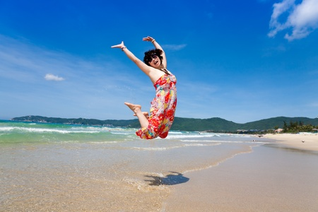 陽気なビーチ ジャンプ 写真素材
