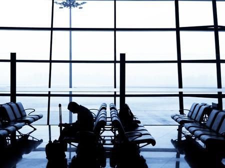出発エリアで彼の飛行機を待っている疲れた旅行者。北京国際空港, 中国
