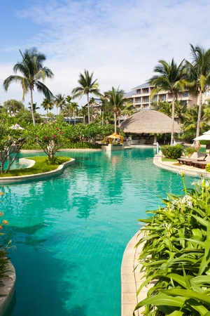 トロピカル ガーデン、ヒルトン三亜リゾート アンド スパ、海南島、中国で美しいプール 報道画像