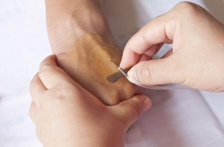 nursing treatment: Enfermera de la inyecci�n de suero intravenoso para el paciente