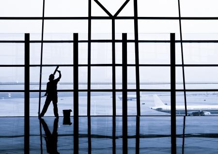 cleaning window: lavoratore sta pulendo le finestre a livello internazionale dell'aeroporto di Pechino, Cina
