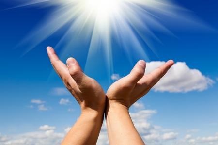 manos abiertas: Alcance para el sol