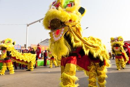 Yu 郡、河北省、中国 - 2012 年 2 月 5 日: 中国の人々 を示す伝統的な獅子舞でランタン祭を祝った。