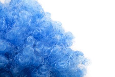 artificial hair: Blue divertida rizado cabello artificial sobre blanco Foto de archivo