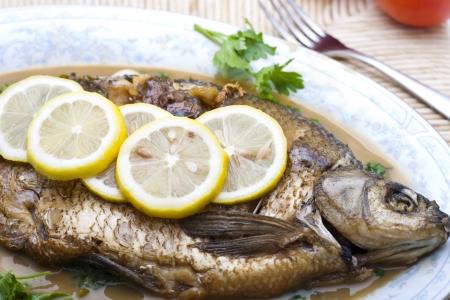 pesce cotto: Pesce cotto pronto per mangiare - stile alimentare in Cina