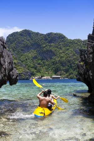 ocean kayak: Pareja kayak hacia alta mar