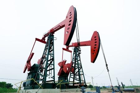 pozo petrolero: Máquinas pesadas de acero de bombeo de petróleo Foto de archivo