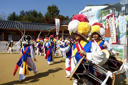 ANDONG-SI KOREA OCTORBER 26  People are performing folk dance at Hahoe Village on octorber 26 2013, Andong-si, Korea  免版税图像 - 30738805