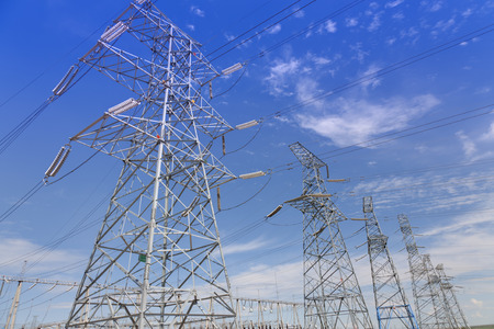 Electrical transmission tower under clear sky 免版税图像