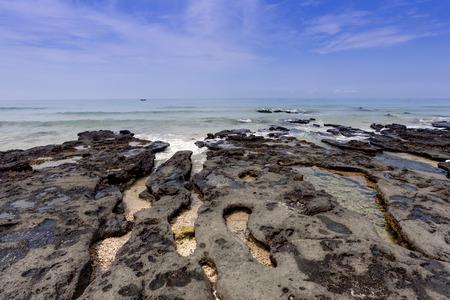 Tropical seascape  rocks  sea and blue sky 免版税图像