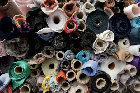 Rolls of fabric and textiles in a shop 免版税图像