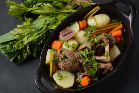 Pot-au-feu, traditional french stew. Stewed beef and potatoes. In France considered a national dish. Banque d'images