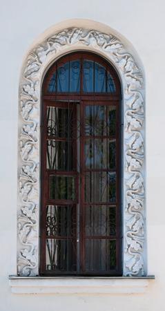 p�rim�tre: Fen�tre de la vieille maison � la d�coration en forme de feuilles de ch�ne sur le p�rim�tre