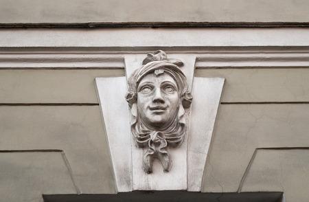 cabeza femenina: Bajorrelieve polvorientos viejos sonrientes cabeza femenina