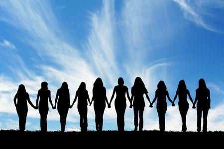 Silhouet van tien jonge vrouwen, lopen hand in hand.