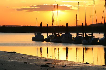 夕焼けのヨット。