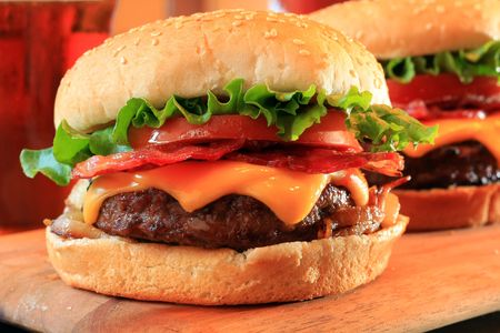 ジューシーなベーコンのチーズバーガー。 写真素材